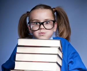 mergaite su knygom