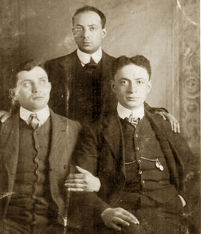 Eliezeras Gilinskis (d.) kartu su broliais Leviu (k.) ir Dovydu (užnugaryje). Šeimos fotografija, daryta Cardiff, Wales, 1912 m.