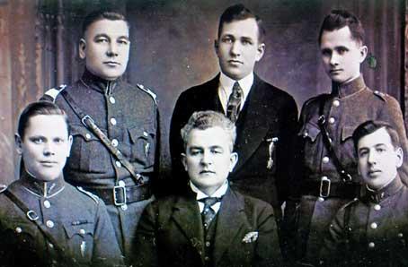 K. Nekvedavičius (sėdi centre) tarp šaulių 1939 m.