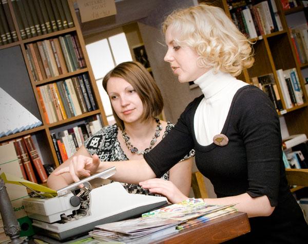 Knygos autorės Vaida Lowell ir Gerda Butkuvienė (priekyje). Rositos Navikaitės nuotr.