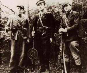 Iš kairės: neatpažintas partizanas, Bronius Liesis-Naktis, Antanas Liesis-Tonis. 1946 | Nuotr. iš Genocido aukų muziejaus.