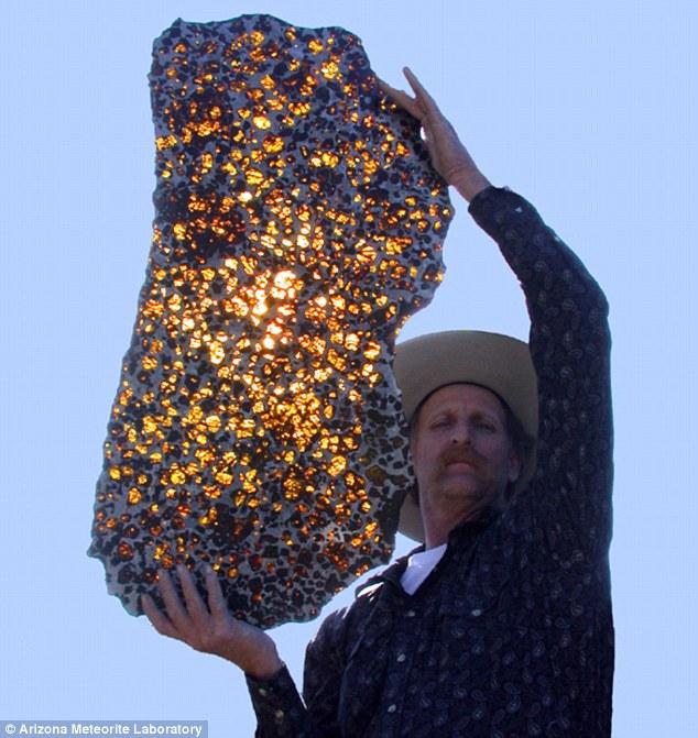 Maždaug 30 kg sveriantis šlifuotas Fukango meteorito fragmentas priklauso Arizonos Pietvakarių meteoritų laboratorijai