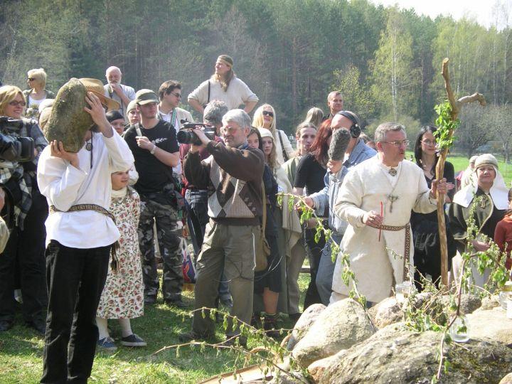 Akmenų aukojimas Perkūno šventovėje | Alkas.lt nuotr.