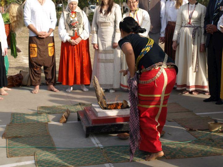 Gintaro dulkes į baltų ugnies aukurą beria Arunačial Pradešo genčių atstovė