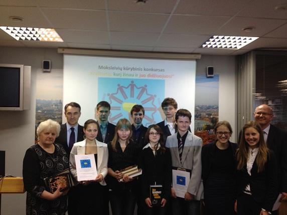 Moksleivių konkurso nugalėtojai ir rengėjai | lrs.lt nuotr.