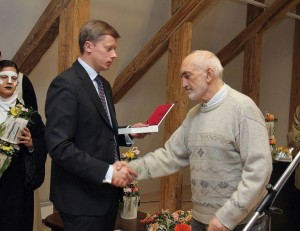 Kauno meras A.Kupčinskas apdovanoa A.Patacką | kaunas.lt nuotr.