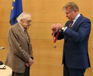 Ministras A.Ažubalis įteikia apdovanojimą | URM nuotr.
