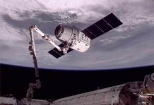 """Robotinė ranka pagavo """"Dragon"""" kapsulę. NASA nuotr."""