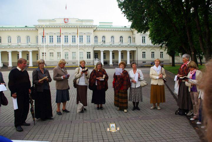 Maldos prie prezidentūros 2012 05 27 | Alkas.lt, J.Vaiškūno nuotr.