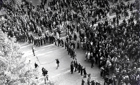 Protesto eisena Kauno Laisvės alėjoje ir sovietų milicijos būriai, mėginantys sustabdyti demonstrantus. Kaunas, 1972 m. gegužės 18 d. Nuotrauka iš baudžiamosios bylos | Lietuvos ypatingojo archyvo nuotr.
