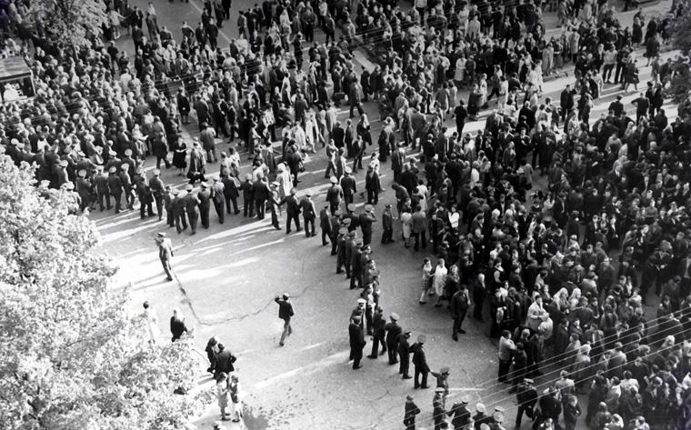 Protesto eisena Kauno Laisvės alėjoje ir sovietų milicijos būriai, mėginantys sustabdyti demonstrantus. Kaunas, 1972 m. gegužės 18 d. Nuotrauka iš baudžiamosios bylos (Lietuvos ypatingasis archyvas)