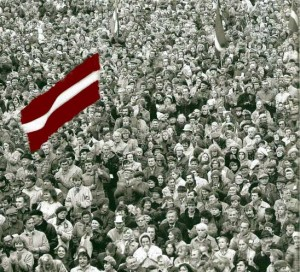 Žmonių jūra Daugavos krantinėje po Latvijos Nepriklausomybės Deklaracijos paskelbimo.