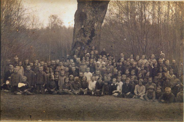 Moksleiviai prie Alkūnų ąžuolo   Molėtų krasto muziejus rinkinių nuotr.