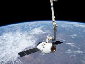 """""""Dragon"""" paleidžiama atgal į Žemę. NASA nuotr."""