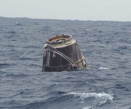 """Kapsulė plūduriuoja Ramiajame vandenyne. """"Space X"""" nuotr."""