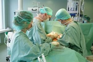 Širdies operaciją atlieka V.Tarutis | Santariškių klinikų nuotr.