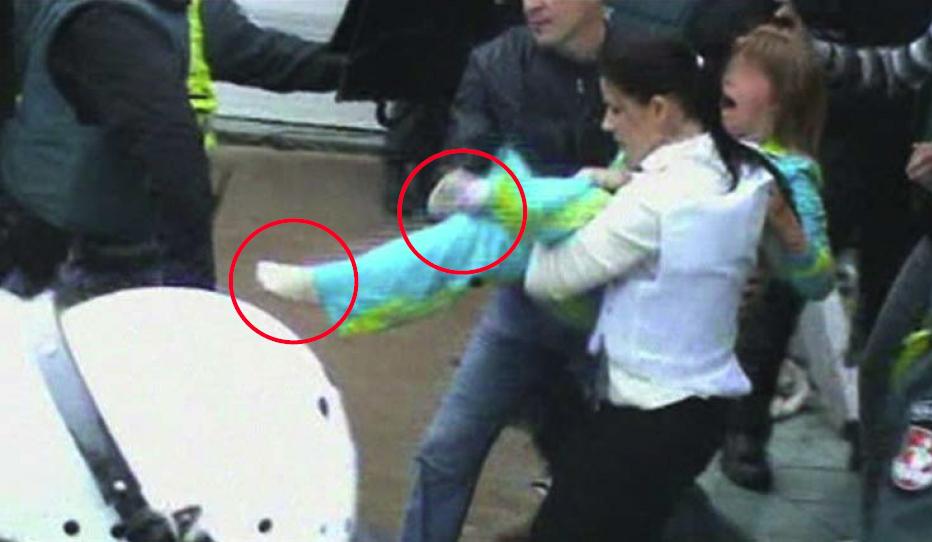 Prievartinis mergaitės išnešimas skausmingai užlaužus kojas | Alkas.lt ekrano nuotr.
