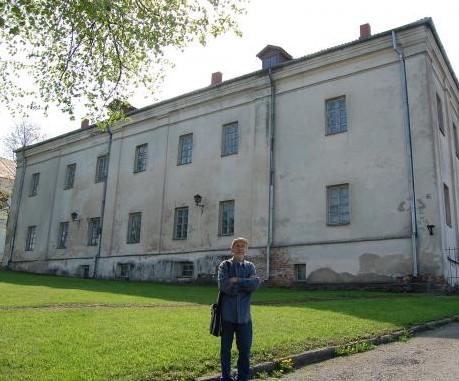 Ekspedicijos vadovas architektas Antanas Rupeika prie vienuolyno Raseiniuose.