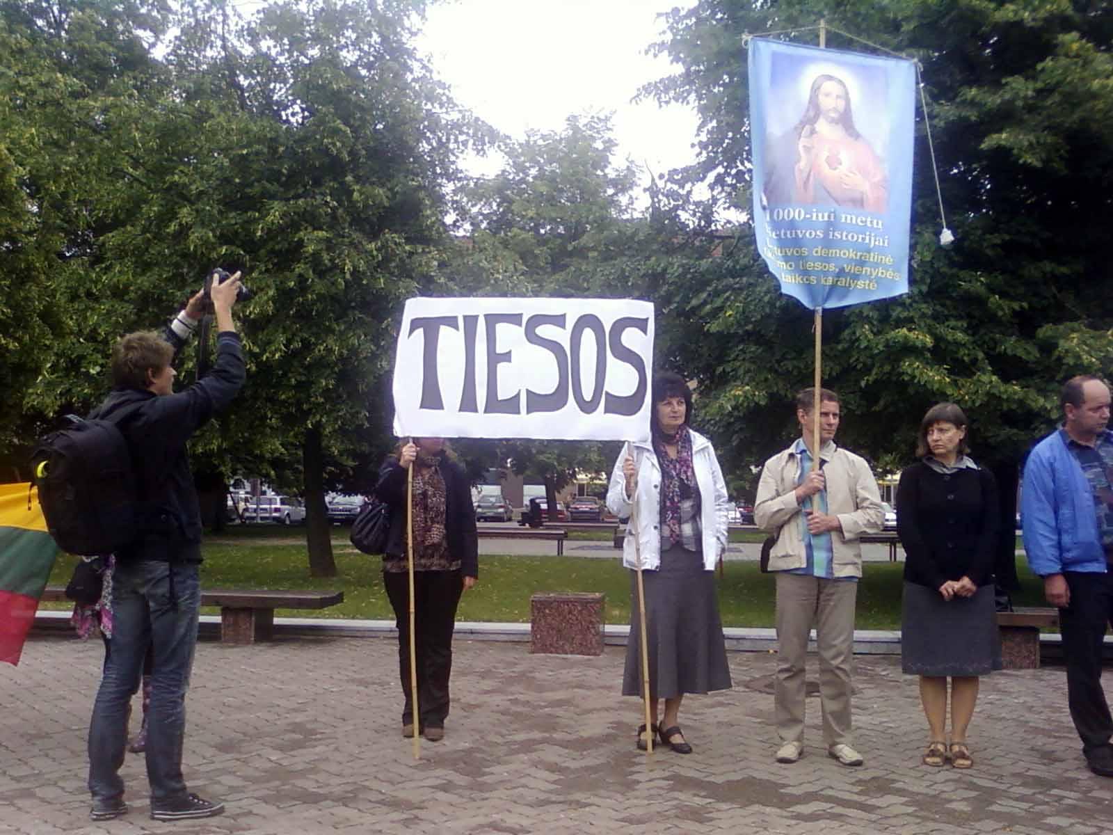 Posėdžiaujant komisijai N.Venckienės šalininkai piketuoja prie Seimo 20012 06 22 d. | Alkas.lt, J.Vaiškūno nuotr.