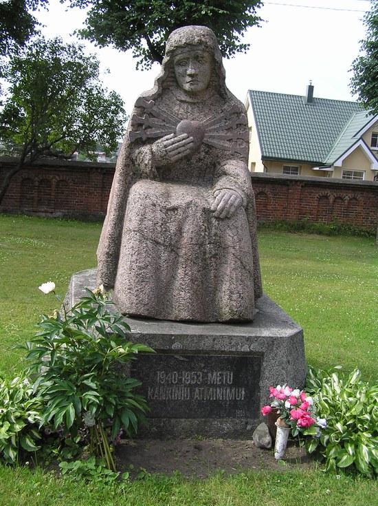A.Vaškio skulptūra Plungės bažnyčios šventoriuje