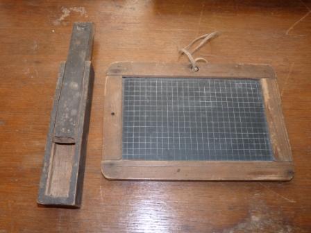 Penalas ir grifelinė lentelė naudota prieš I-ąjį pasalinį karą Lietuvos mokyklose. Muziejaus nuotr.