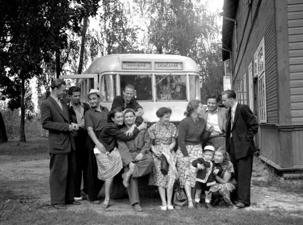 Panevėžio dramos teatro aktorių išvyka. Iš kairės: Algimantas Masiulis, Bronius Babkauskas, Vacys Blėdis (sėdi), už jo – Gediminas Karka, Ona Banionienė, Donatas Banionis. 1953 m. | LCVA. 1-22650