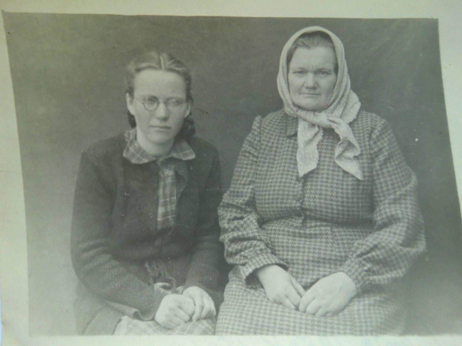 Elenutė (kairėje) su mama Ona Voguliene pakeliui į Intą (1953 m. gegužės 15 d.)