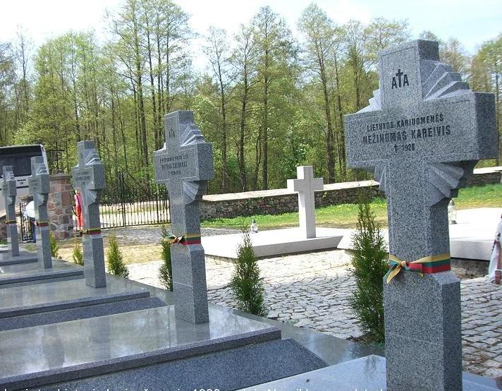 Berznykų kapinės. Lietuvių karių, žuvusių 1920 m. Nepriklausomybės kovose su lenkais, antkapiniai ryžiai-saulutės