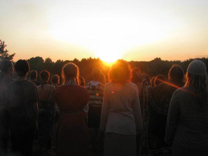 Stovyklautojai kas vakara giesmėmis palydi Saulę | Stovyklos rengėjų nuotr.