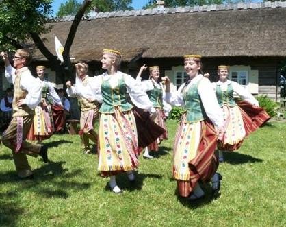 Zanavykai paminėjo 40-ąją Kalbos šventę prie Jono Jablonskio muziejaus Rygiškiuose Šakių r.(2012 06 16) G.Zemlicko nuotr.