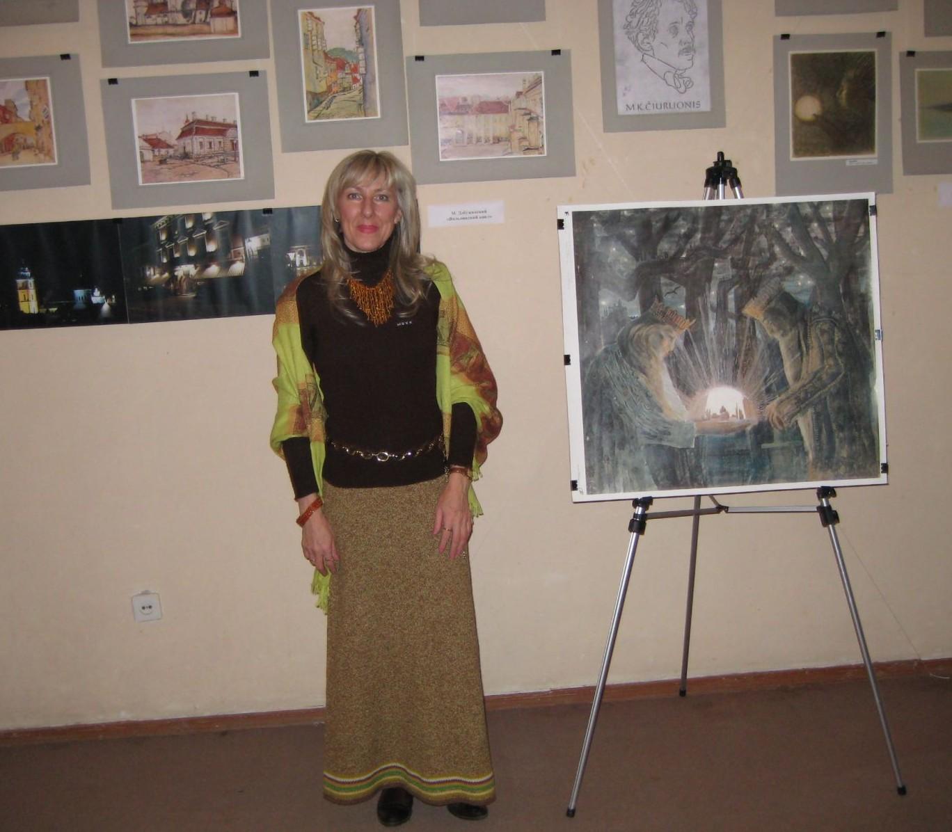 Marija Valentina Raulusevičiūtė - Loginova prie parodos, skirtos Čiurlioniui ir Dobužinskiui stendų Simferopolio etnografijios muziejuje