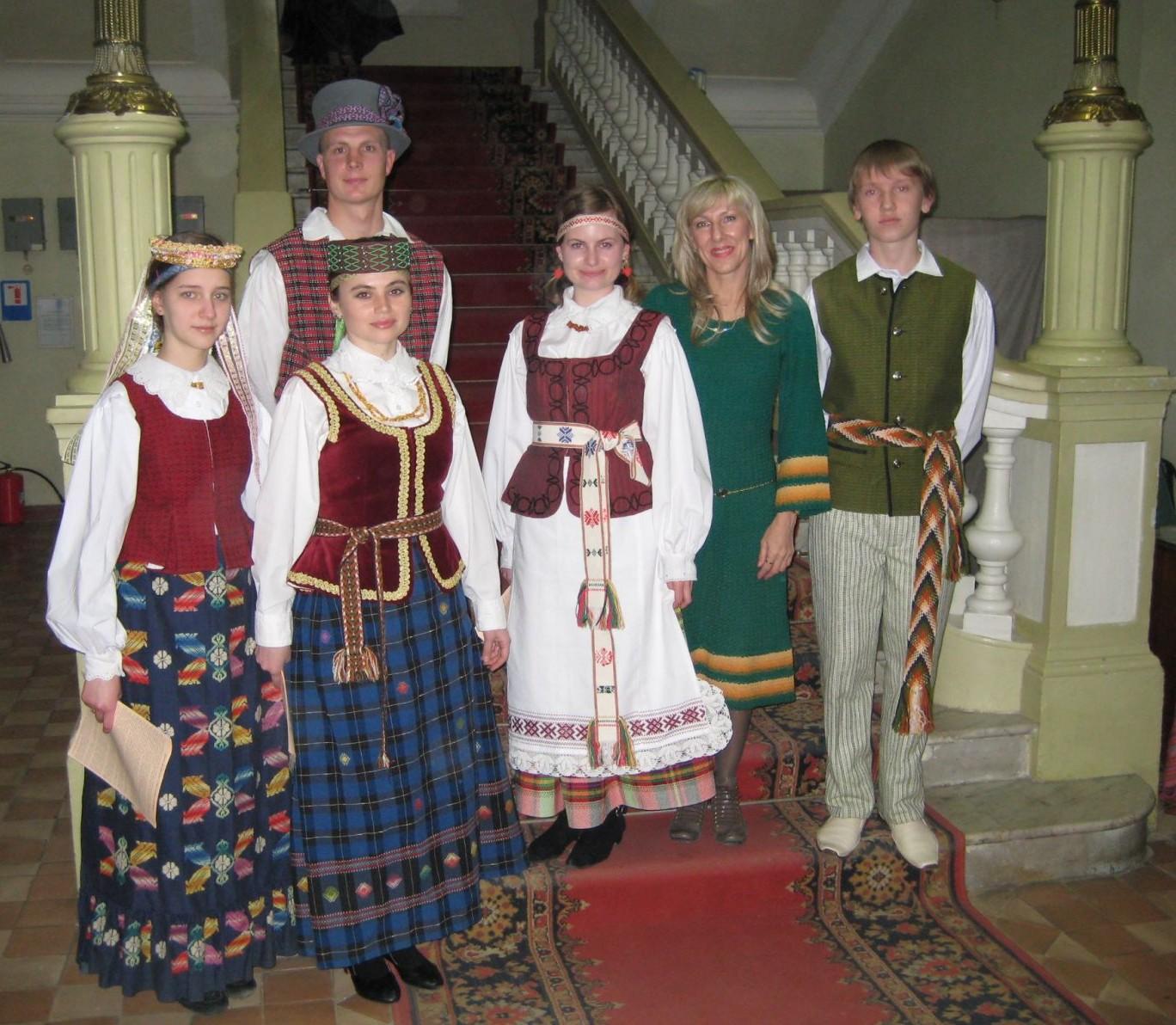 Lietuvos kultūros dienos Simferopolio dailės muziejuje (antra iš dešinės - Valentina Loginova)