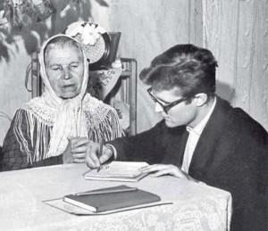 Norbertas Vėlius užrašo tautosaką Mažųjų Pupojų kaime (Vilniaus r.) 1964 m. | K. Vainoro nuotrauka (LTR 3666).