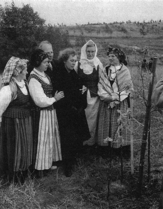 Atminimo ąžuolo skirto Norbertui Vėliui sodinimas Ožkabaliuose
