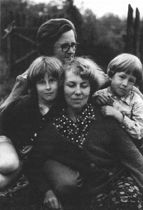 Su žmona Ramune ir vaikais Rūta bei Gintautu sodyboje Kryžiokų kaime 1977 m.