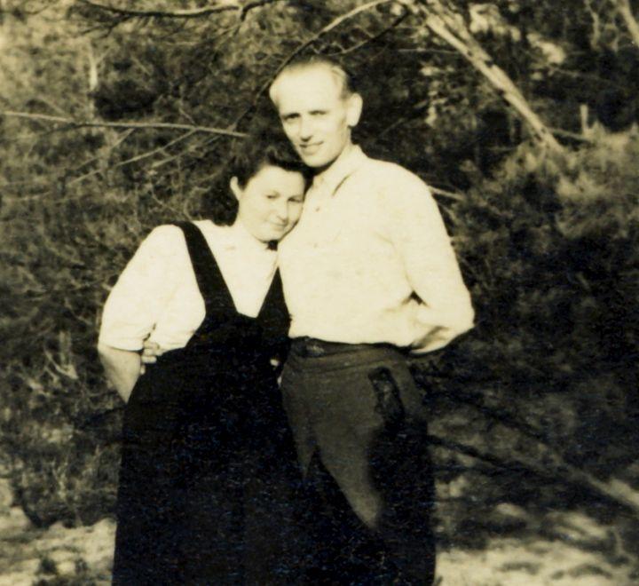 Lietuvos partizanų vadas, Lietuvos Laisvės Kovos Sąjūdžio (LLKS) gynybos pajėgų vadas, LLKS Tarybos 1949 m. vasario 16 d. Deklaracijos signataras, Vyčio kryžiaus II ir I laipsnių ordinų kavalierius generolas Adolfas Ramanauskas-Vanagas ir jo žmona, Lietuvos partizanė-karė savanorė, Vyčio kryčiaus ordino kavalierė Birutė Mažeikaitė-Ramanauskienė