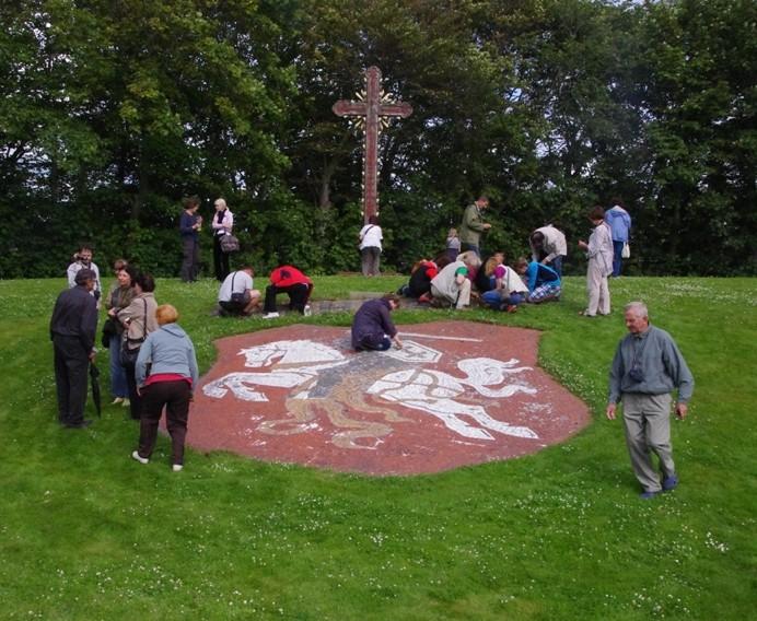 Lietuvos pabėgėliai aikštelėje ant žemės iš sutrupintų plytų gabalėlių buvo sudėlioję Vyčio ženklą.
