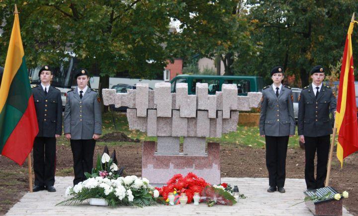 Prie atidengto paminklo - Generolo P.Plechavičiaus jaunojo kario mokyklos mokiniai