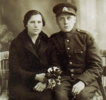 Knygnešių Bružų giminaitė Petronėlė Bružaitė su vyru Lietuvos kariuomenės kareiviu Juozu Ambrožėjumi. 1933 m. Tauragė
