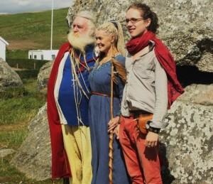Ignas Šatkauskas su Aziza ir pagrindiniu Asatru šventiku Posekaer Stenhus šventvietėje