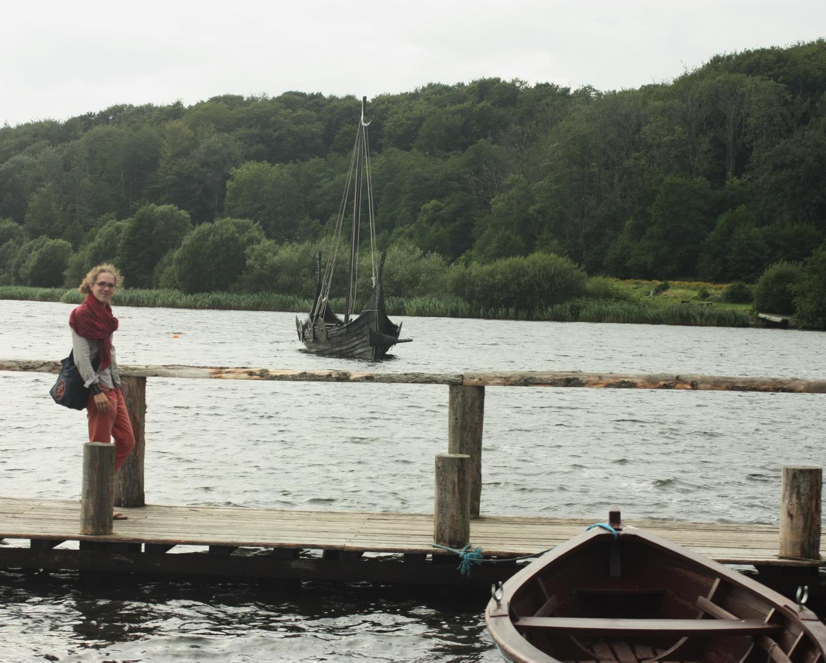 Prie vikingų laivo