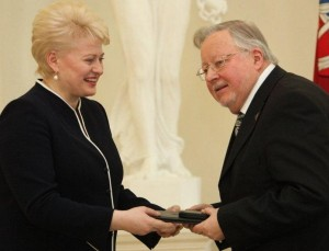 D.Grybauskaitė sveikina prof. V.Landsbergį | lrp.lt nuotr.