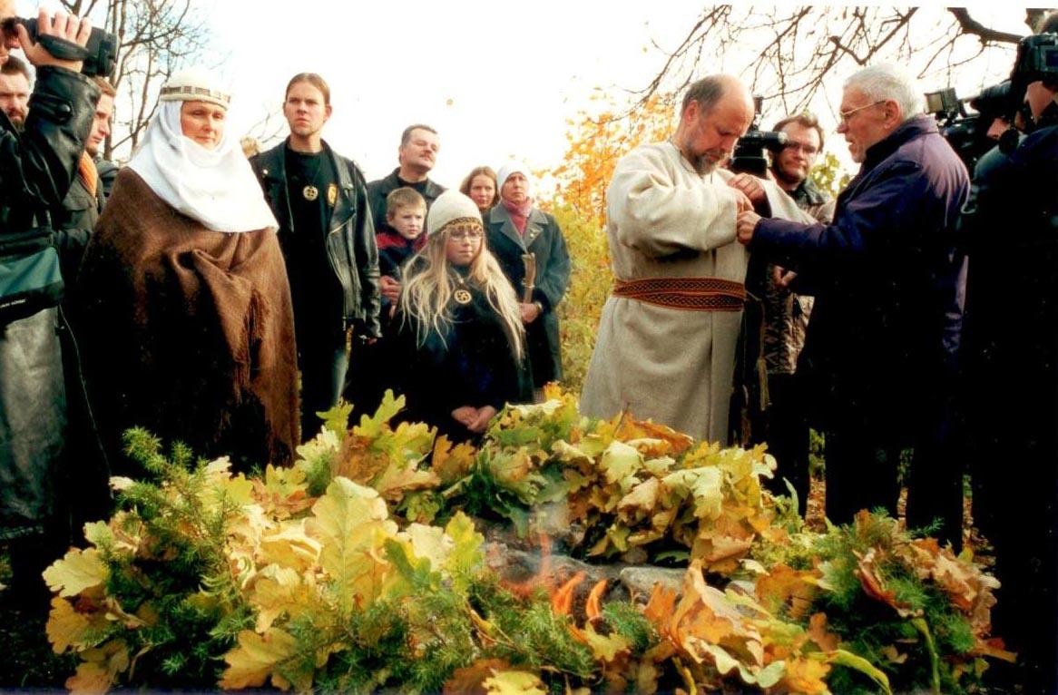 Krivio įšventimo apegos, 2002 spalio 19 d., Gedimino kapo kalnas, Vilnius | Romuvos nuotr.