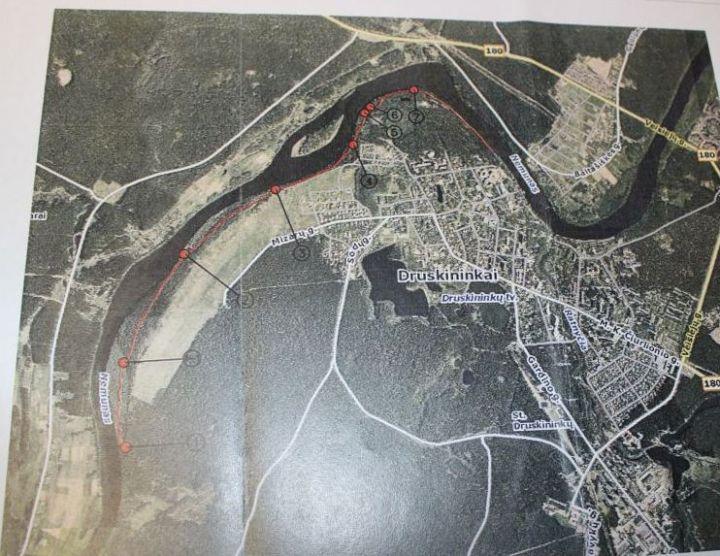 Raudona linija pažymėtas būsimasis dviračių takas ir dviračių tako poilsio ir apžiūros aikštelės | Druskininkų miesto savivaldybės nuotr.