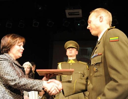 Krašto apsaugos ministrė Rasa Juknevičienė apdovanoja kpt. Dainių Judžentį   kam.lt nuotr.