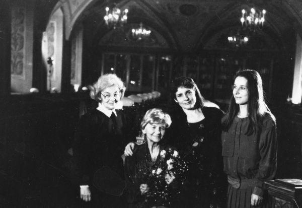Iš kairės: I.Lukšaitė, M.Gimbutienė, J.Marler ir J.Merkytė. 1993 m. | Iš Vilniaus universiteto bibliotekos rinkinių. F154-266-001.