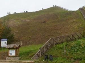 Sutvarkytas Seredžiaus piliakalnis traukia lankytojų žvilgsnius | Valstybinės saugomų teritorijų tarnybos nuotr.