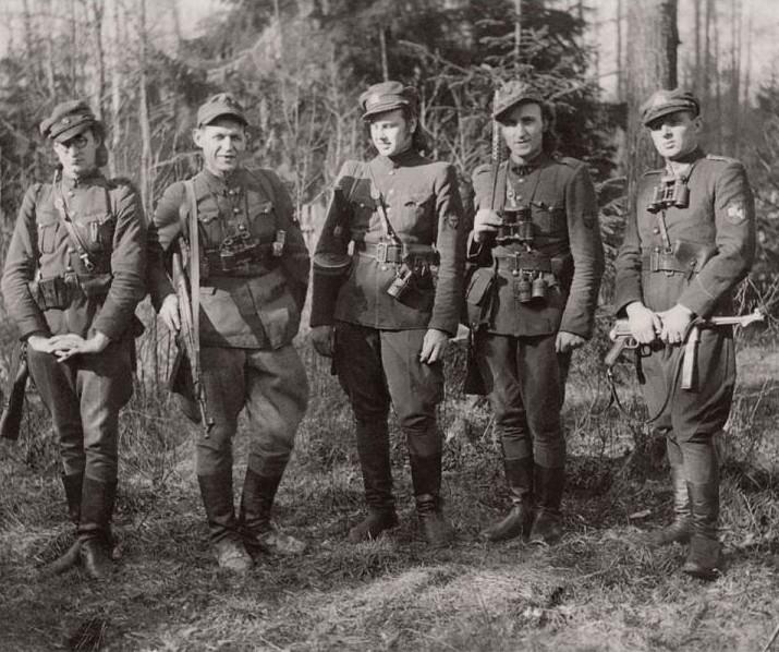 Jonas Žemaitis (antras iš kairės) su kovos draugais