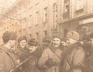 A.Sniečkus (kairėje) tarp 16-osios divizijos karių. Klaipėda, 1945.01.28 d. | runivers.ru nuotr.