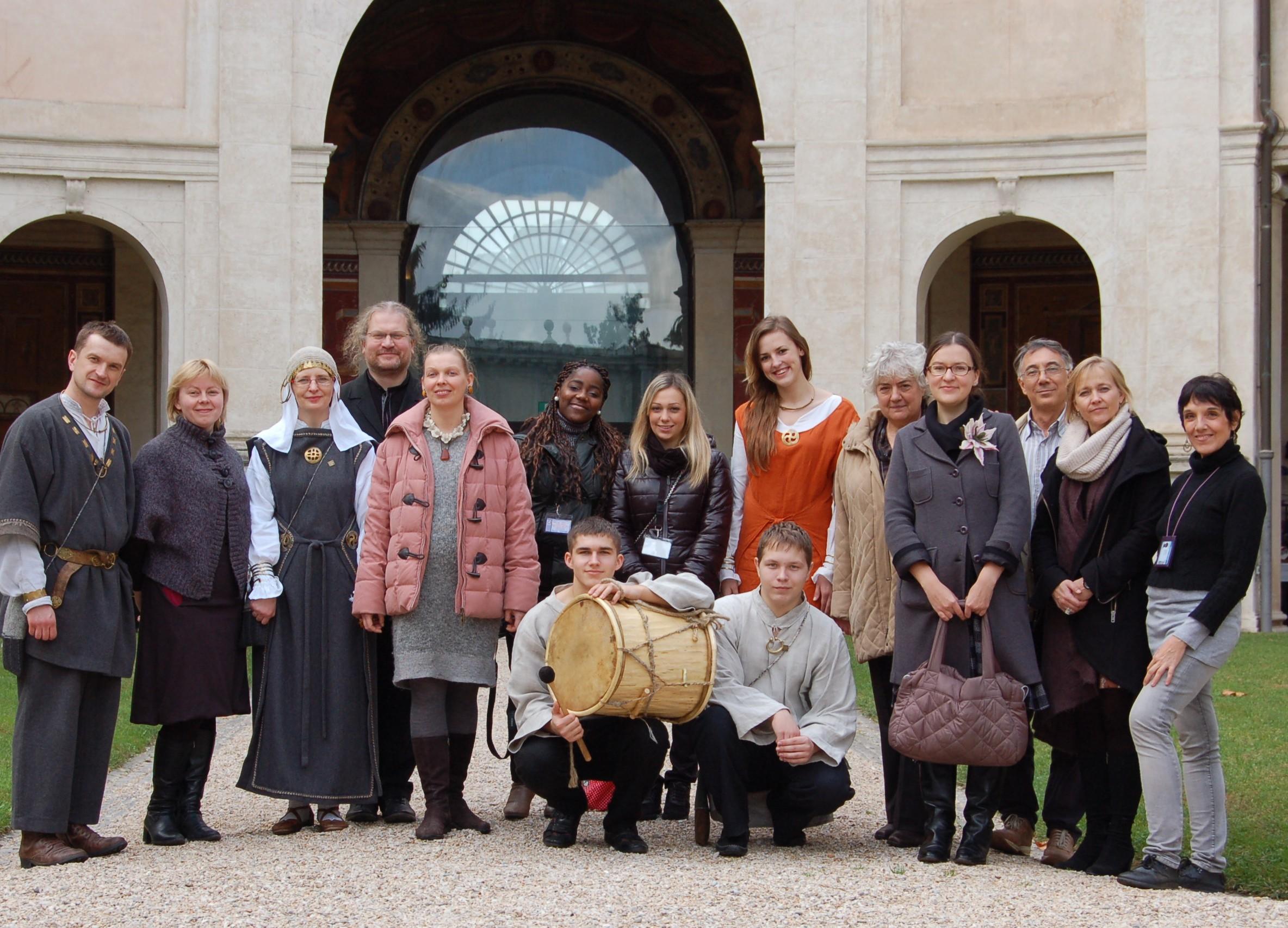 """""""Kukumbalis"""" po koncerto, kartu su Etruksų muziejaus darbuotojais ir ten viešėjusiais lietuviais."""